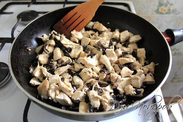 Тушить курицу с грибами в сковородке с оливковым маслом