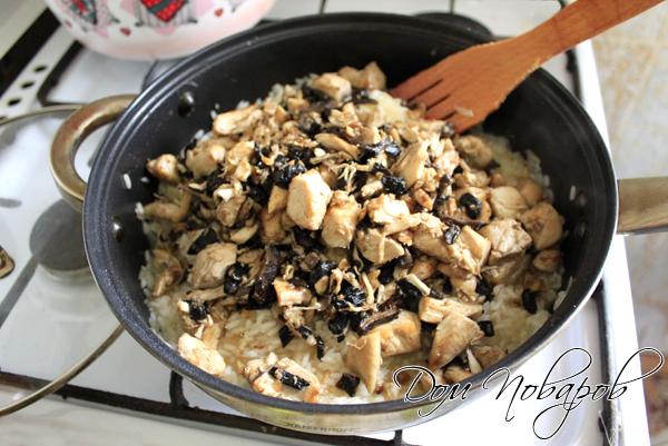 Добавить к рису курицу с грибами