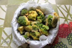 Застелите блюдо салфеткой, чтобы с брокколи стек лишний жир