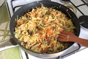 Соединить овощи, капусту и грибы