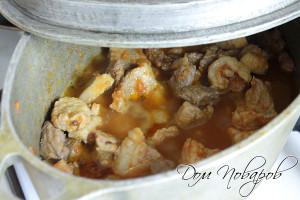 Тушите мясо в толстостенной посуде на медленном огне