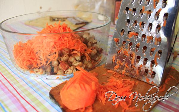 Натереть на крупной терку морковь