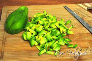 Порежьте мякоть авокадо