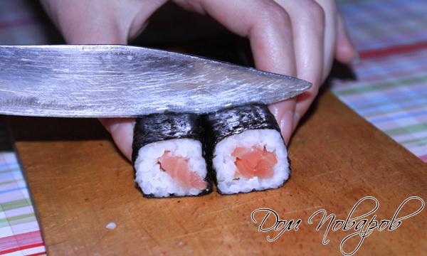 Острым ножом разрежьте ролл на 6 или 8 равных частей