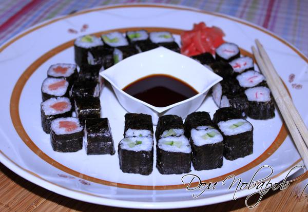 Традиционно японские роллы едят с соевым соусом, имбирем и васаби