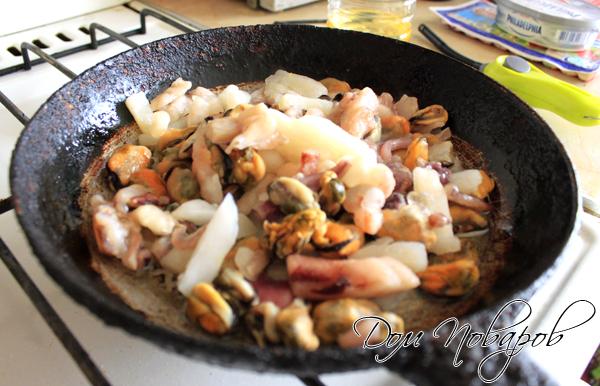 На разогретую сковородку поместите морепродукты