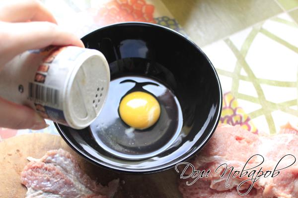 разбить 2 яйца, разболтать вилкой, добавить соль и перец по вкусу