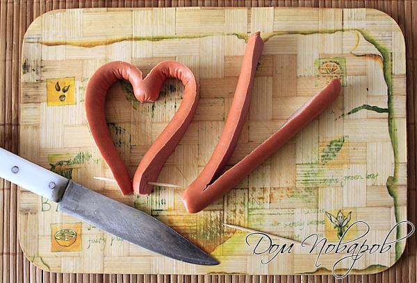 Сначала придадим сосискам форму сердца