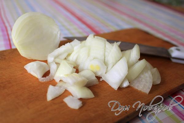 Очистите луковицу и мелко нашинкуйте
