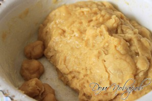 От цельного куска теста отделить кусочки и сформировать шарики размером с грецкий орех