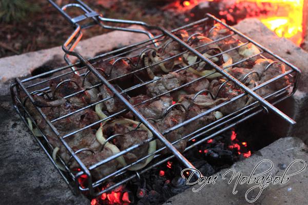 Готовить шашлык на шампурах или решетке над раскаленными углями
