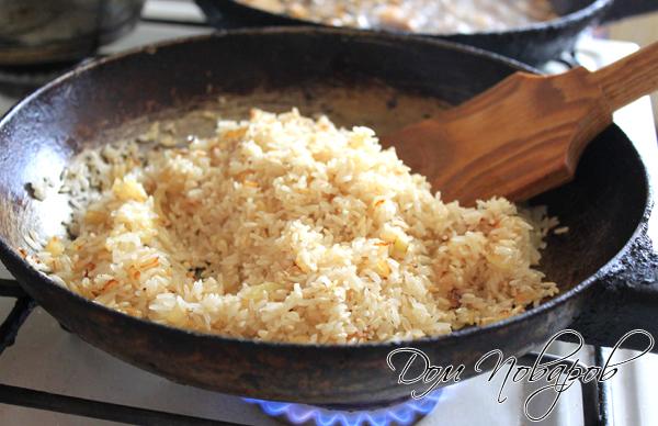 К луку добавьте сухой рис