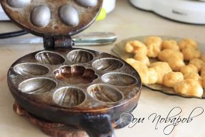 Разогреть форму для выпекания орешков
