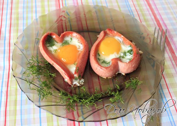 Оригинальная яичница в форме сердца готова