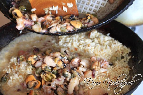 Когда вино выпарится, добавьте морепродукты и тщательно перемешайте