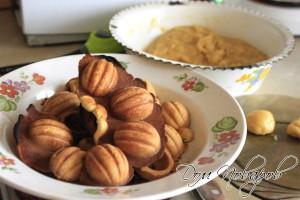 Выровнять половинки орешков путем обламывания лишнего теста