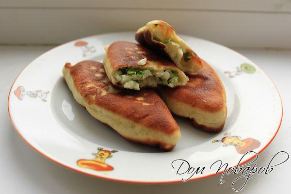 Жареные пирожки с яйцом и зеленым луком готовы