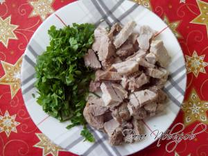 Нарезаем мясо и зелень