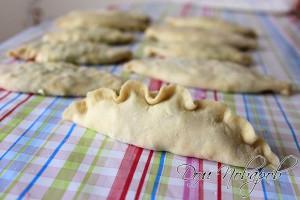 Затем слегка сожмите пирожок в ладонях, тем самым придайте ему форму