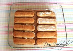 Выкладываем еще один слой из печенья