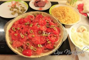 Выложить на тесто курицу, мясо, помидоры, оливки и лук.