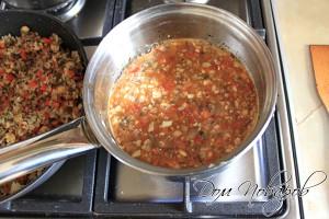 Когда помидоры дадут сок, посолите и добавьте воду