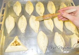За 5 минут до готовности смажьте пирожки яичным белком