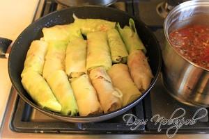 Сложите голубцы в глубокую сковородку, залейте соусом и тушите под крышкой 10 минут