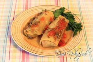 Готовые овощные голубцы подавайте на стол полив соусом