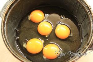 Разбить яйца в кастрюлю
