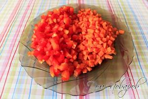 Порежьте морковь и перец на небольшие кубики