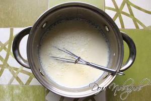 Смешать молоко, кефир, яйца, сахар, соль