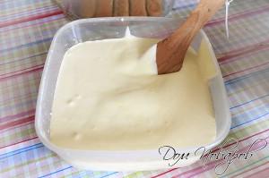 Соединить сливочный сыр с желтками