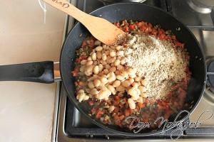 Обжарьте овощи, добавьте бобы и измельченные орехи