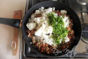 Добавьте в сковородку рис, зелень и соль.
