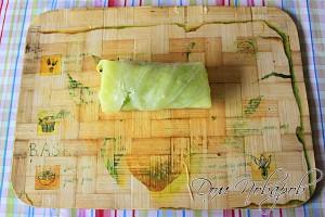 Сверните капустный лист конвертиком