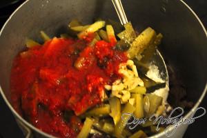 Добавьте томат, огурцы и чеснок