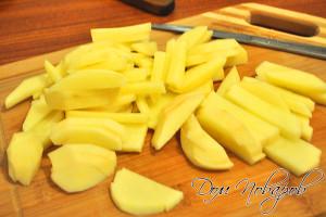 Картофель нашинкуйте брусочками