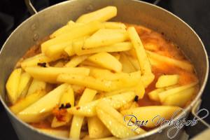 Добавьте в емкость с азу картофель