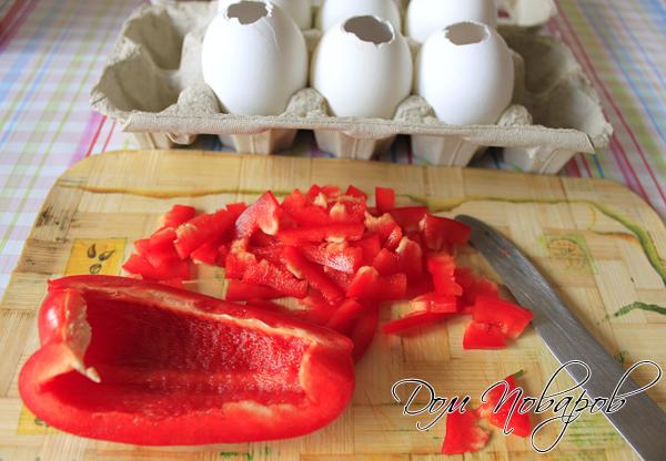 Перец разных цветов измельчите соломкой.