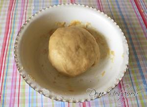Из теста сформировать шар, накрыть его салфеткой и поставить в холодильник на 40 мин.