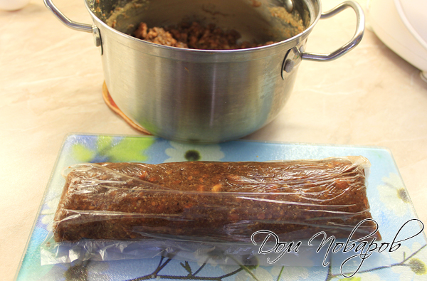 Выложить получившуюся массу на целлофан и придать форму колбаски.