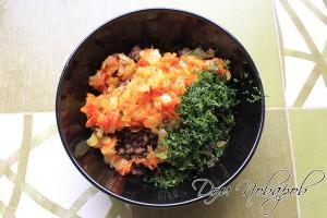Соединить овощи, мясо и зелень, перемешать