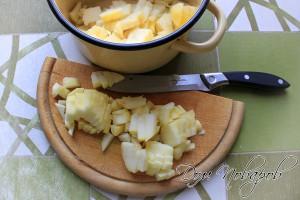 Нарежьте яблоки на небольшие кубики