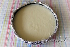 Выложить крем в форму и поставить выпекать на водяной бане