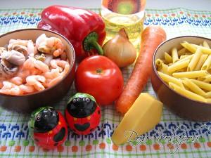 Подготовьте пасту, морепродукты, овощи, сыр и специи
