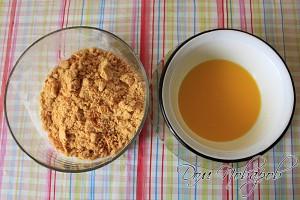 Печенье измельчить блендером, масло растопить