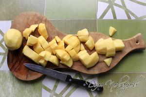 Порежьте картофель и добавьте в кипящий бульон
