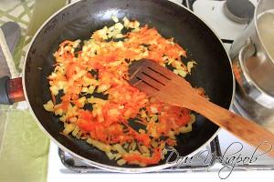 Обжарьте овощи на растительном масле