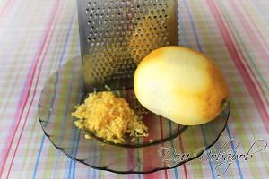 Снимите с лимона цедру при помощи терки